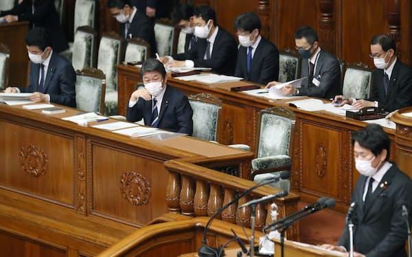 東アジア地域包括的経済連携協定の承認案が審議入りした衆院本会議で質問を聞く(前列左から)野上農相、茂木外相=2日午後