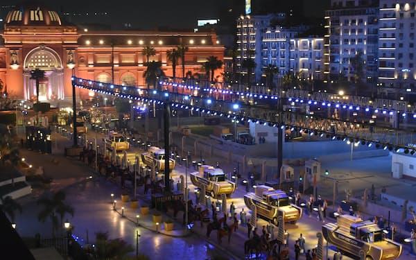 エジプト考古学博物館を出発するミイラの車列(3日夜、カイロ)