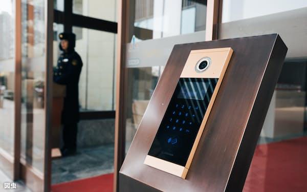 中国のマンションの出入り管理は、IoTや顔認証技術を導入している=図虫提供