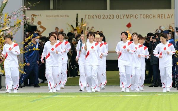 スタートする東京五輪の聖火リレー(3月25日午前、福島県のJヴィレッジ)
