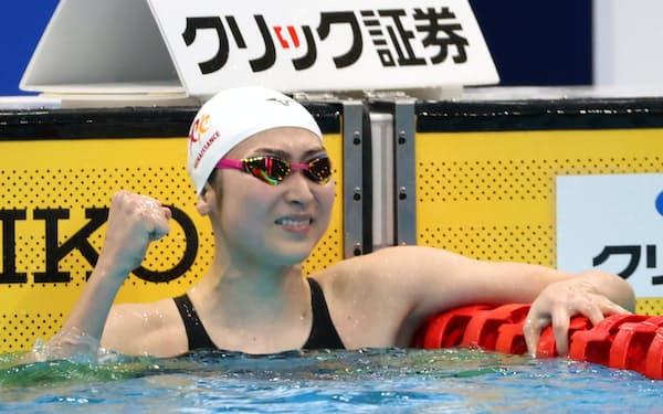 女子100㍍バタフライで優勝し、ガッツポーズする池江選手