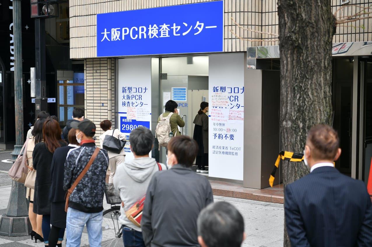 大阪PCR検査センターに並ぶ人たち(5日午前、大阪市中央区)=笹津敏暉撮影