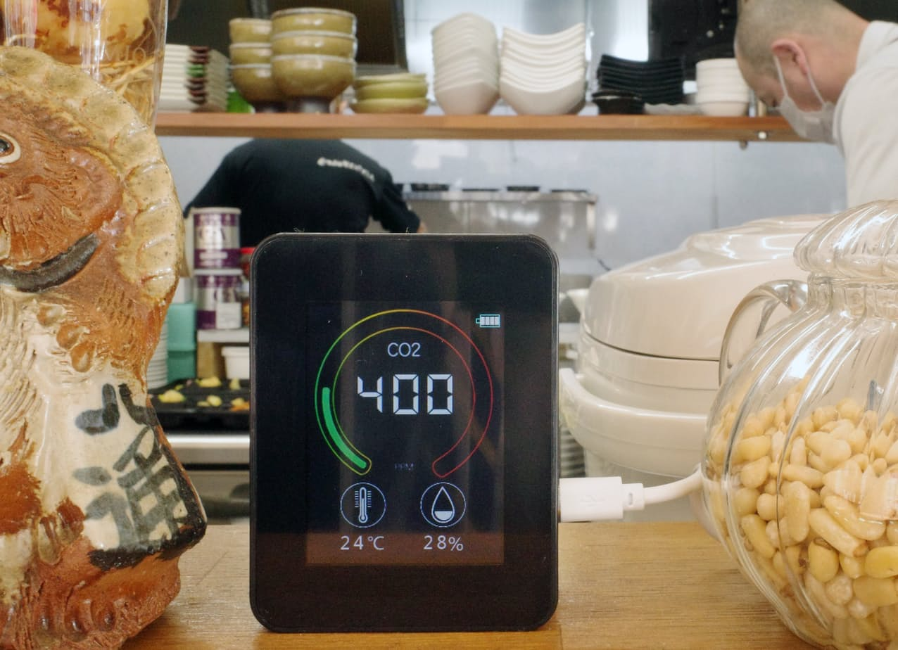 二酸化炭素の濃度を計測するセンサーを導入した飲食店(5日午前、大阪市北区)=川野耀佑撮影