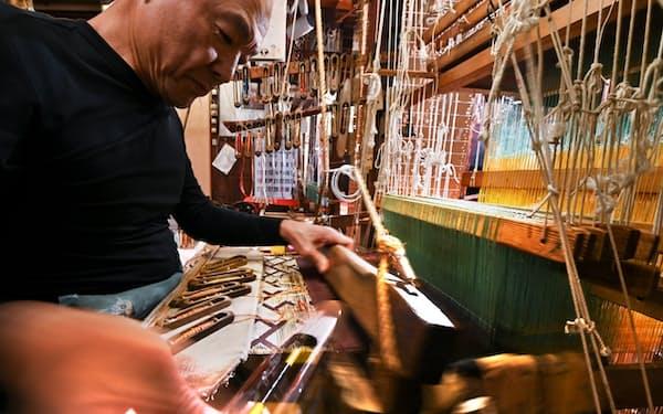 現在も職人が手織りで能装束を織り上げている(京都市上京区)