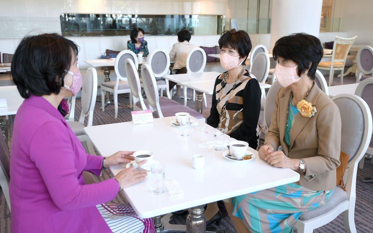 マスクを着用しながらコーヒーを楽しむ人たち(5日午後、大阪市北区)=目良友樹撮影