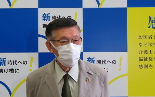報道陣の取材に応じる佐竹知事(5日、秋田市内)
