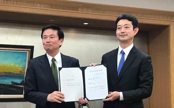 熊谷俊人新知事は初登庁し、森田健作前知事から引き継ぎを受けた(5日、千葉県庁)