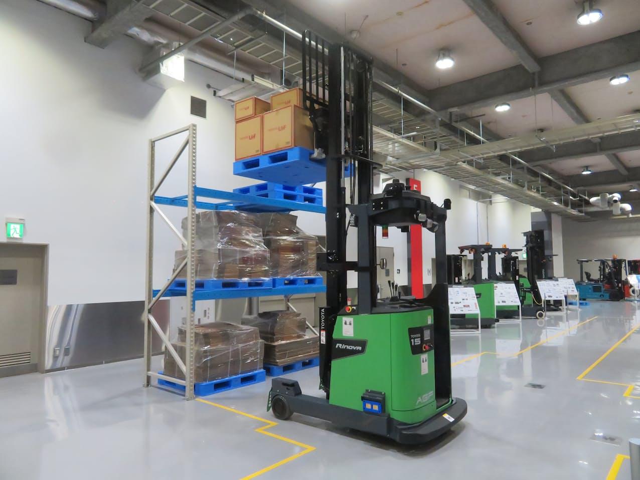 豊田自動織機は新型自動運転フォークリフトを発売するなど、倉庫の自動化を加速する
