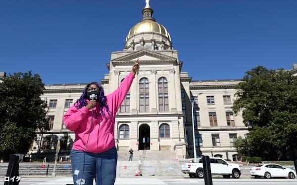 アトランタ州議会議事堂前で、投票制限法に反対の声を上げる有権者=ロイター
