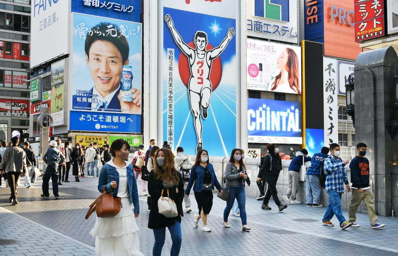 大阪・道頓堀を行き交う人たち(5日午後)=笹津敏暉撮影