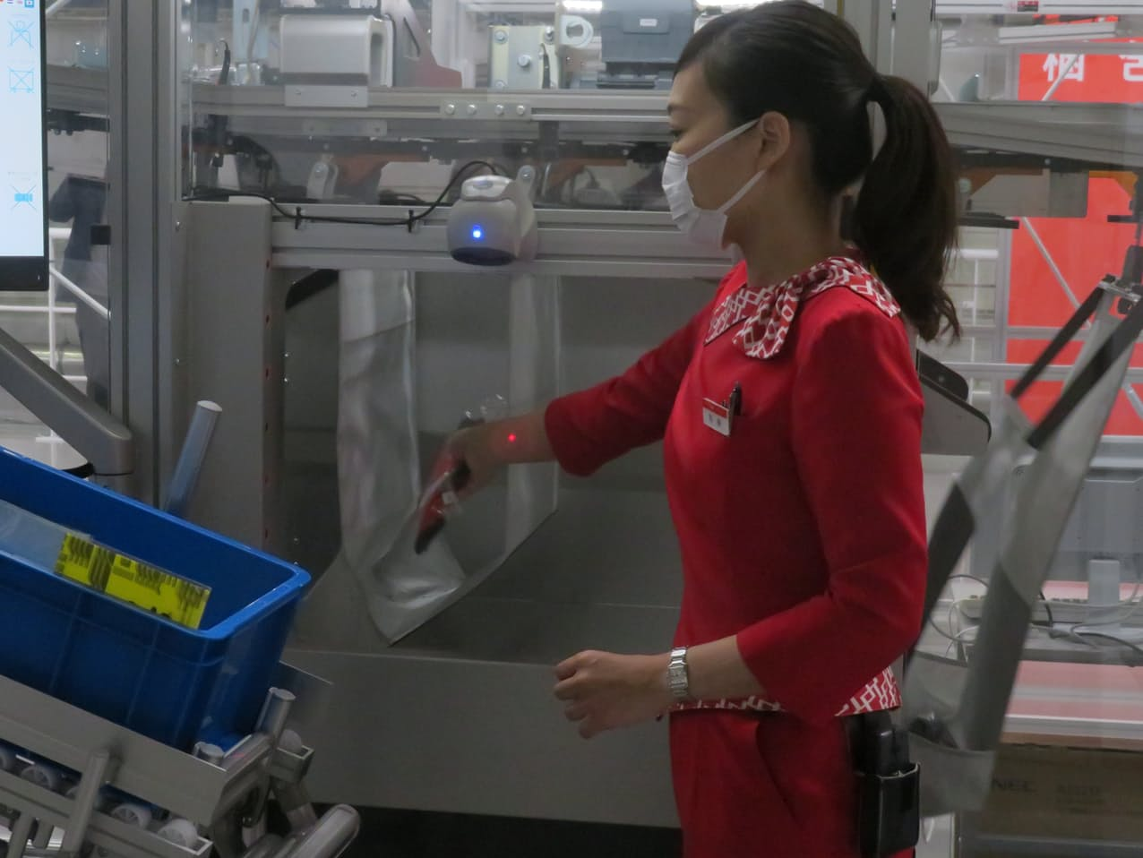 豊田自動織機は吊り下げ式の仕分けシステム「ポケットソーター」を発売する