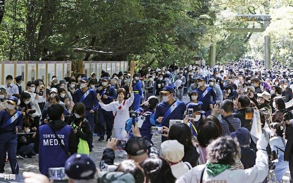 熱田神宮の参道を走る聖火ランナーを見ようと集まった大勢の人たち=5日午前、名古屋市