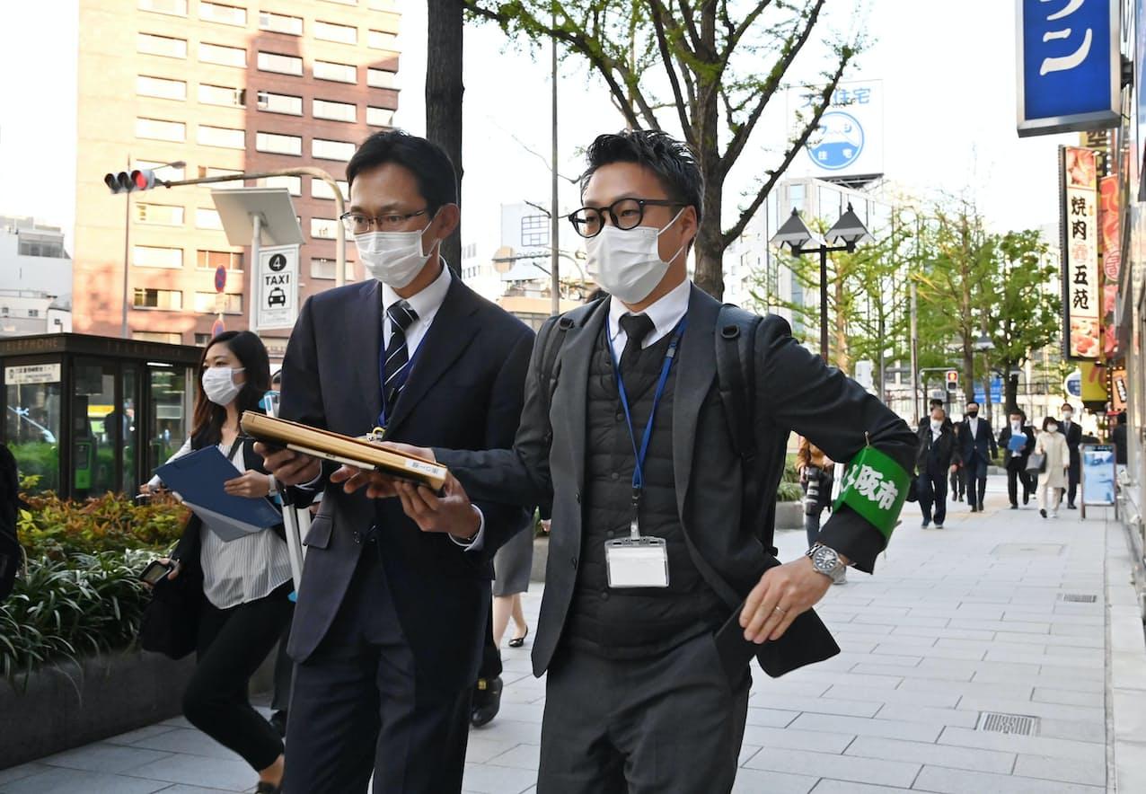 見回り調査のため担当の飲食店街に向かう大阪市の職員(5日午後、大阪市北区)=柏原敬樹撮影