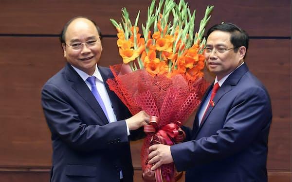 国会で選出されたグエン・スアン・フック新国家主席㊧とファム・ミン・チン新首相(5日、ハノイ市)=国営ベトナム通信