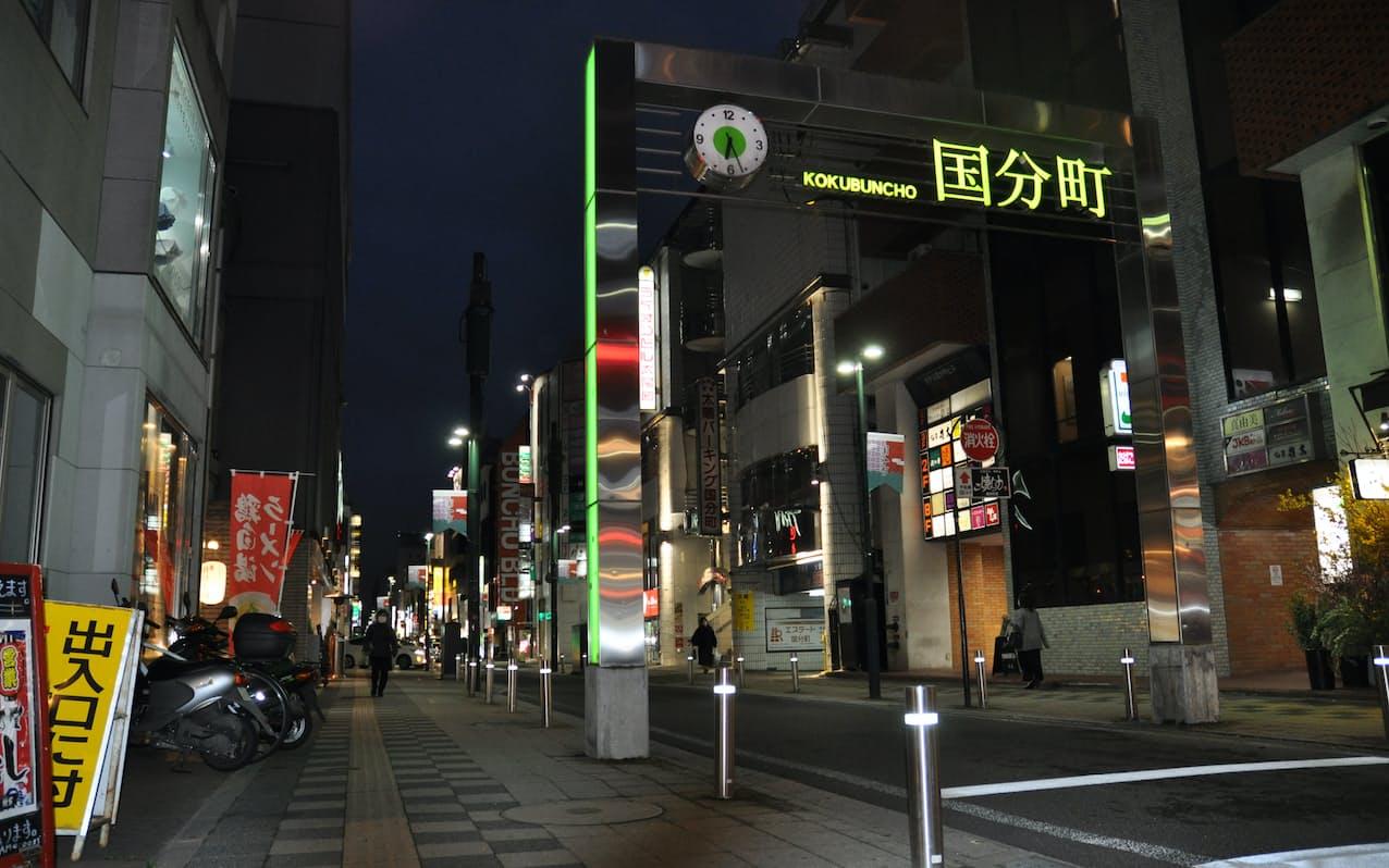 東北随一の繁華街、国分町の人出はまばらだった(5日、仙台市国分町)=南畑竜太撮影
