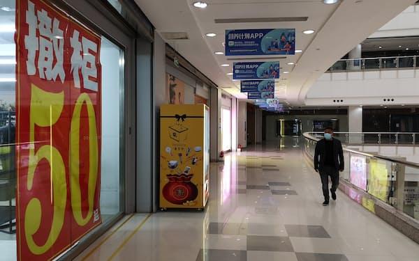 商業施設「光谷国際広場」で閉店セールを実施中の衣料品店(4日、湖北省武漢市)