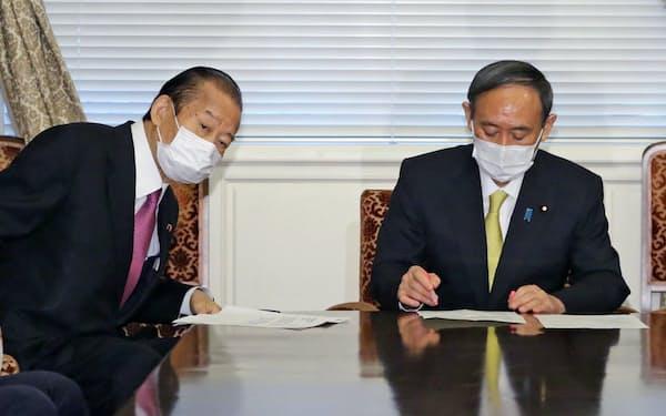 5日午後、国会内で自民党役員会に臨む菅首相と二階幹事長(左)