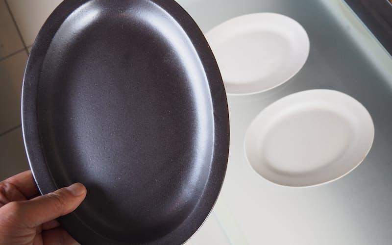 陶房はせがわの「黒と白のオーバル皿セット」