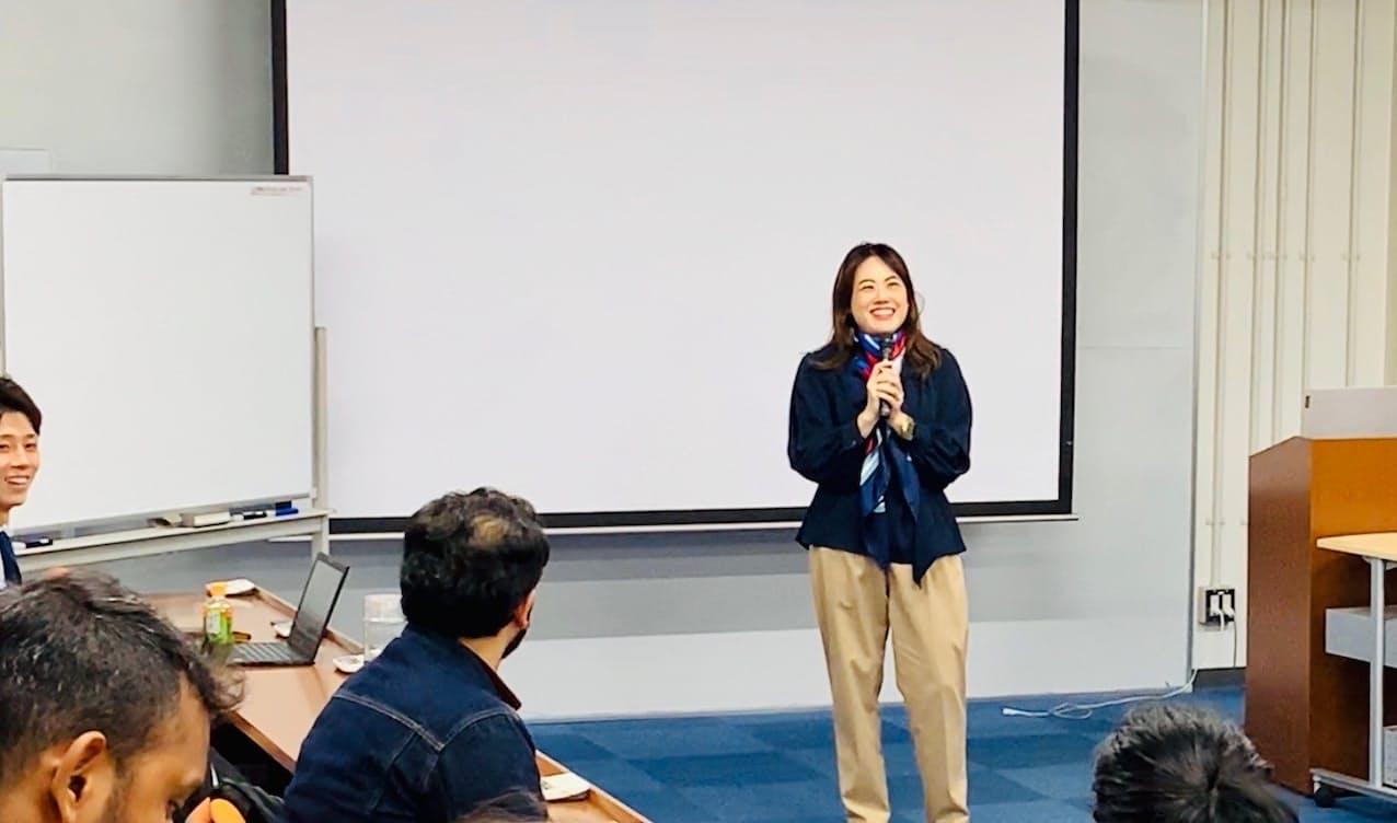 京大起業部インターナショナルの会合で話をする赤城さん