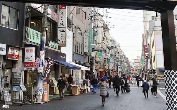 多くのお年寄りが行き交う東京・巣鴨の「巣鴨地蔵通り商店街」=12日午後
