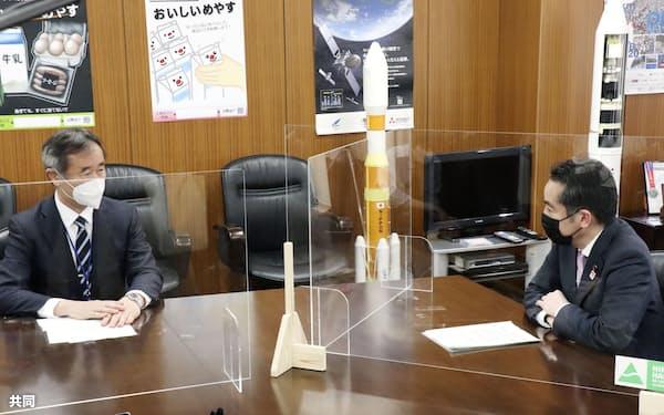 梶田隆章会長(左)と井上科技相(3月23日、東京都千代田区)=共同