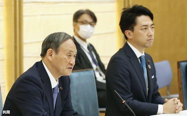 カーボンニュートラルは菅政権の看板政策だが、原発の新増設については封印したままだ(菅首相㊧、㊨は小泉進次郎環境相)=共同