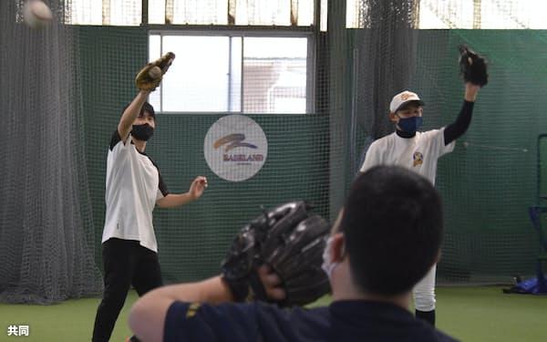 「甲子園 夢 プロジェクト」の第1回練習会で、キャッチボールをする生徒ら=共同