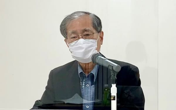 記者会見するサンエーの上地社長(6日、沖縄県浦添市)