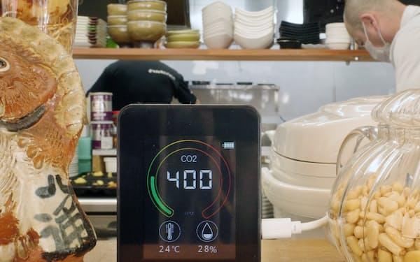 二酸化炭素の濃度を計測するセンサーを導入した飲食店(大阪市北区)