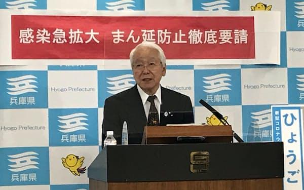 記者会見する兵庫県の井戸知事(6日)