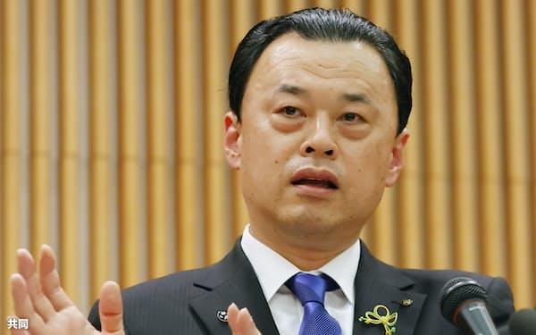 聖火リレーについて記者会見する島根県の丸山知事(6日午後、東京・平河町)=共同