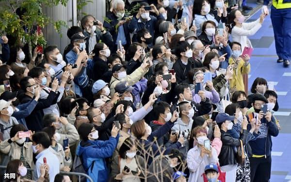 名古屋・栄の複合施設で行われた聖火リレーを見ようと集まった大勢の人たち(5日午後)=共同