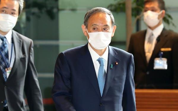 2回目のワクチン接種を終え、首相官邸に戻った菅首相(6日午前)