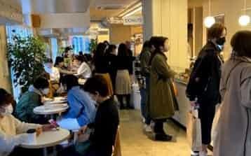若い女性らが集まる、おしゃれなフードコート「コミサリー ニホンバシ」