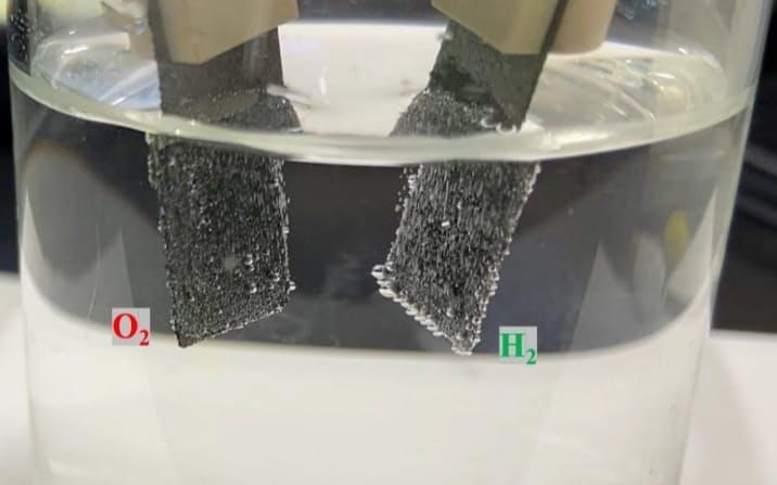 低コストかつ高耐久のRu-Ir合金。この新触媒を使って水電解を実施している様子(写真:京都大学北川宏研究室)