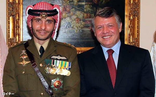 2012年、ハムザ王子(左)の結婚に際して並んで写真に写るヨルダンのアブドラ国王(右)。二人は故フセインヨルダン国王の息子で異母兄弟の関係=ロイター