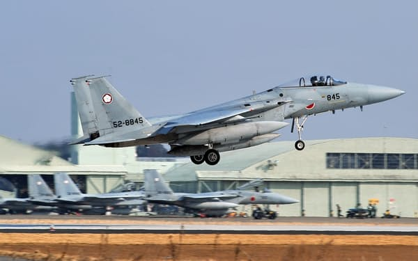 航空自衛隊百里基地を飛び立つF15戦闘機(2010年2月、茨城県小美玉市)