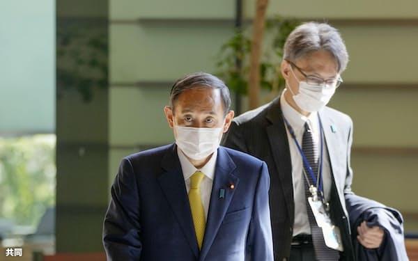首相官邸に入る菅首相(7日午前)=共同