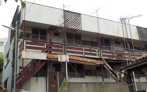所有者が不明で放置された空き家は市が経費負担して取り壊さなければならないことも(神戸市内)=同市提供