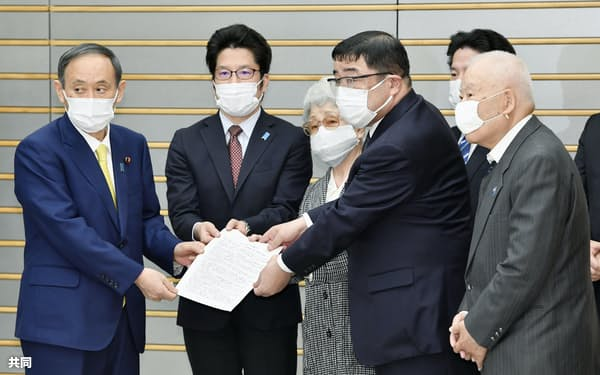 菅首相(左端)と面会した拉致被害者家族会の横田拓也さん(左から2人目)、横田早紀江さん(同3人目)ら(7日午後、首相官邸)=共同