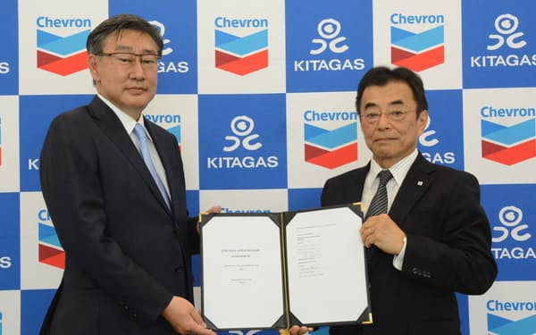 LNGの売買契約を結んだ北海道ガスの大槻博社長(右)