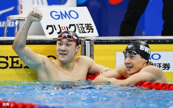 男子200メートル平泳ぎを2分6秒40の日本新で制した佐藤翔馬(左)と2位に入った武良竜也=共同