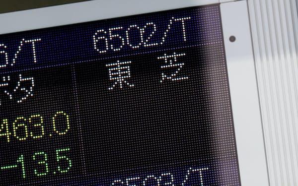 売買一時停止で表示が消えた東芝の株価(7日午前、東京都中央区)