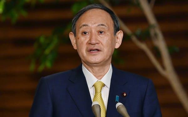 記者の質問に答える菅首相(7日午後、首相官邸)