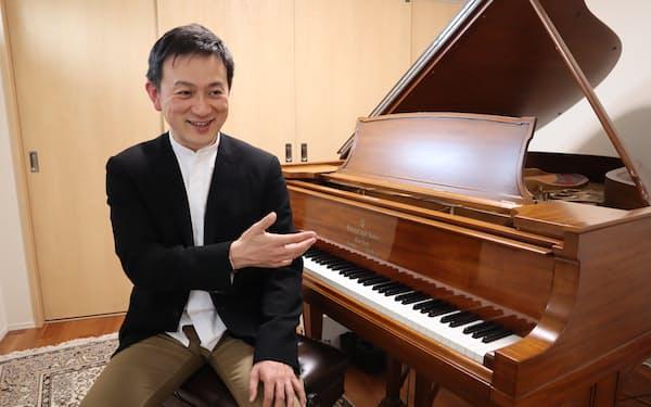 コンクールの実行委員長を務める智内はドイツ留学中に神経疾患で右手の機能の一部を失い、左手のピアニストとなった