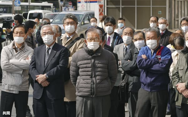 参院長野選挙区補選が告示され、候補者の演説を聞く有権者ら(8日午前、長野市)=共同
