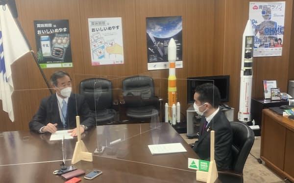 日本学術会議の梶田会長(左)は井上科技相に組織形態の改革案を提出した=7日、東京都千代田区