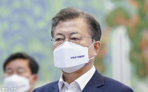 韓国の文在寅大統領。マスクには「不動産腐敗清算」とプリントされている=聯合・共同