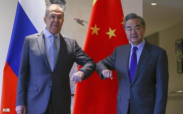 3月下旬、中国広西チワン族自治区桂林で、並んで立つ王毅国務委員兼外相(右)とロシアのラブロフ外相(ロシア外務省提供・AP=共同)