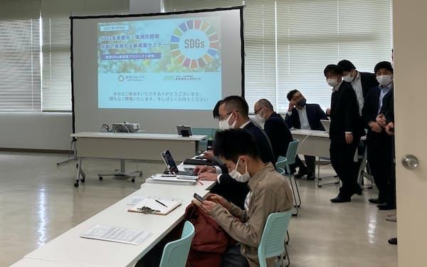SDGsの新事業を創出するプロジェクトについての説明会が開かれた(8日、石川県珠洲市)